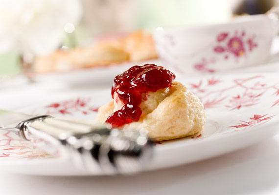 Scones and tea, an English afternoon session for Smaak Magazine.