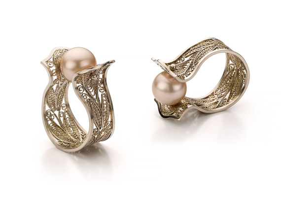 Jewellery product shots for Amma Sieraden, Amsterdam. Filigraine ring in champagne coloured gold.