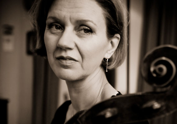 Portrait of this famous Belgian cello player and cello teacher for her own press releases.